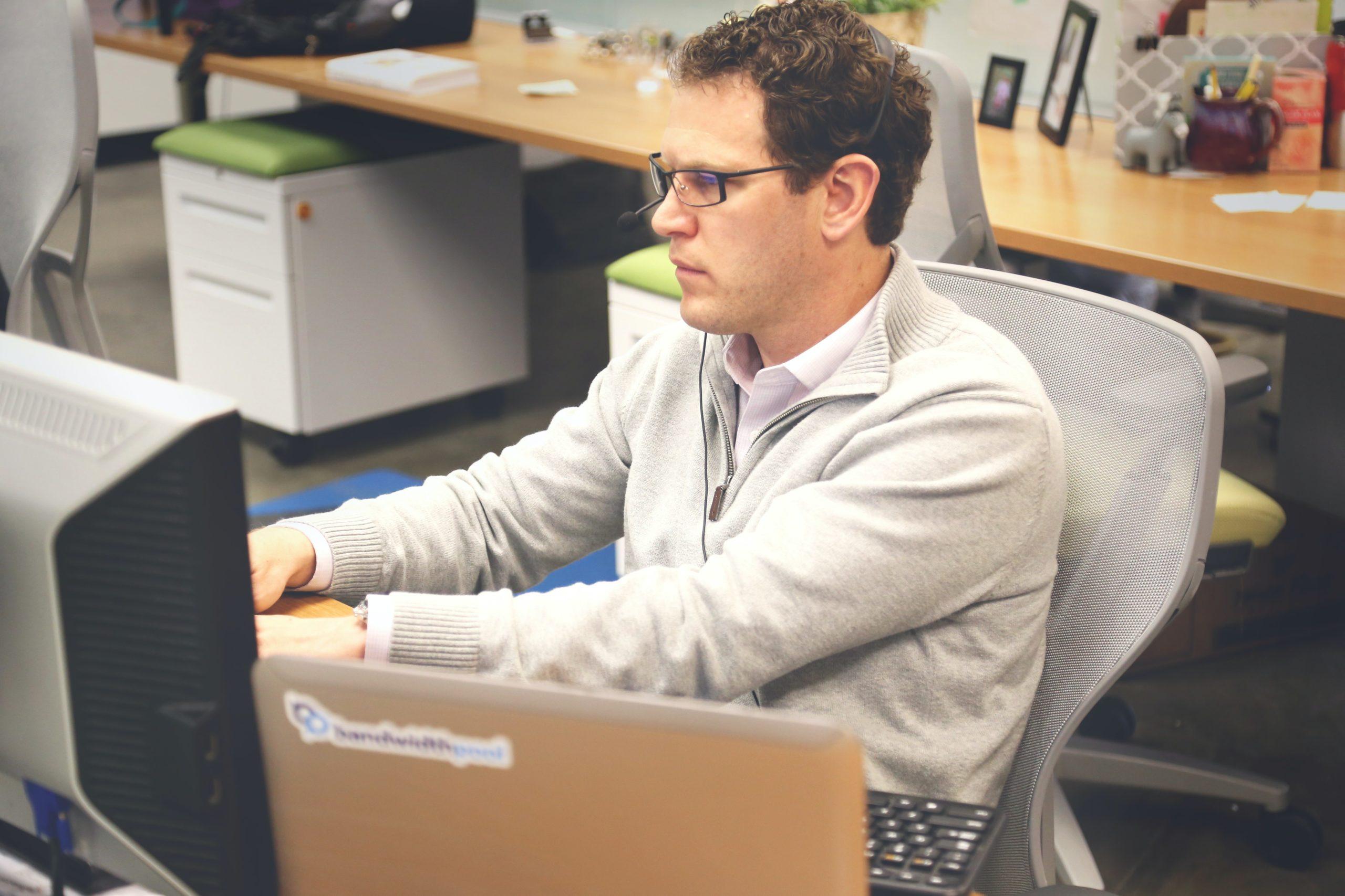 desk-office-workspace-coworking-7110